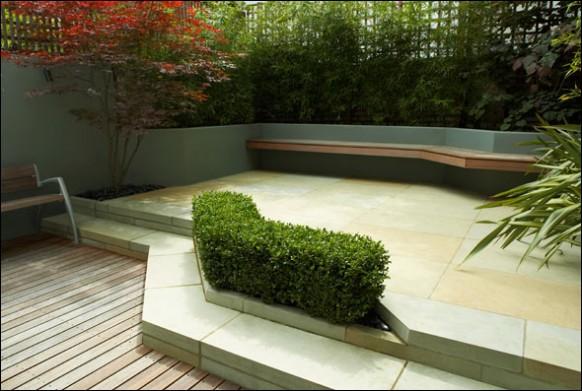 Modern-patio-fenced-garden-582x391
